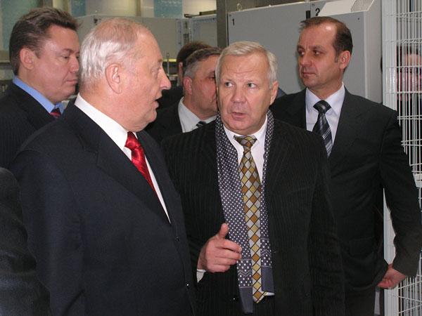 Рабочий момент. Эдуард Россель и министр сельского хозяйства и продовольствия Сергей Чемезов обсуждают технологический процесс.