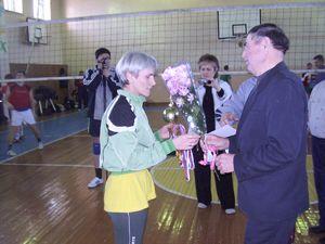 А.М. Лаптев награждает волейболисток из КПК.
