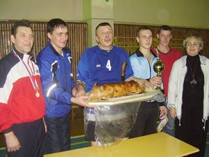 Главный трофей - поросенок - в руках С.Д. Жирохова.