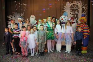 Дети – участники праздника со сказочными героями.