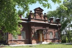 Ещё совсем недавно краеведческий музей был окружён зеленью деревьев. Остаётся надеяться, что красота будет восстановлена.
