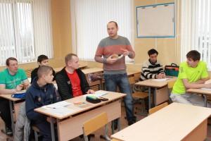 А.В. Еврасов проводит теоретическое занятие в группе обучающихся по специальности «Обувщик».
