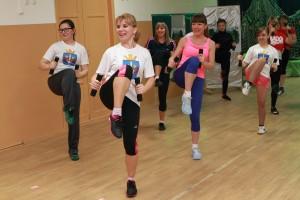Девушки с задором выполняют энергичные упражнения тайбо.