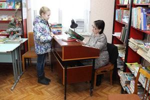 Арина со своей наставницей библиотекарем Ю.М. Бурковой.