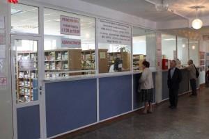 Чаще всего посетители приходят в поликлинику к её открытию, тогда и возникают большие очереди  у регистратуры.  А такую картину мы увидели в 10 утра в понедельник.