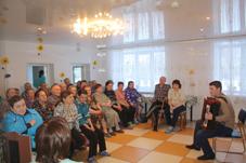 В Октябрьском доме-интернате выступает Сергей Жарников.