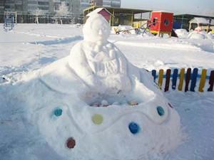 Баба фартук держит крепко, Попробуй, попади-ка в цель! Но мы снежки кидаем метко И развиваем глазомер!