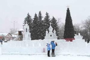 Впервые за многие годы городскую площадь украсили изящные ледяные скульптуры.