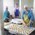 Евгения Корелина и Анастасия Парамонова работают на хлебозаводе недавно, но отмечают пекарей как старательных и ответственных сотрудниц. Их коллега Евгений Мищук уже готов отправить в печь булочки «новомосковские».