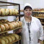 Технолог Надежда Егоровна Хворова устроилась на хлебокомбинат сразу после института. Кому как не ей знать секреты вкусной выпечки.