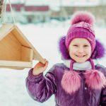 «Семья Маляровых решила, что кормушкой для птиц у них станет деревянный миниатюрный домик. Он получился с большим входом и двухскатной крышей, которая защищает корм от снега. Также украсили его незамысловатой резьбой. По словам Маши, птичкам кормушка пришлась по вкусу.» Наталья ЯКИМОВА, учитель школы № 3.