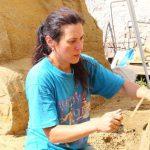 Наталья Михайловна Шейбак – завуч детской художественной школы и преподаватель рисунка, лепки, скульптуры. А ещё автор множества скульптур из песка и победитель конкурсов. Снимок сделан летом 2016-го.