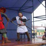 Ребята из местного этноклуба «Медведь» показали настоящий средневековый бой на мечах.