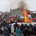 Один из зрелищных моментов народных гуляний – сжигание чучела Масленицы.