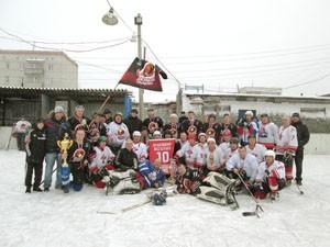 Участники турнира после игр с кубками и медалями на корте ЗХК.