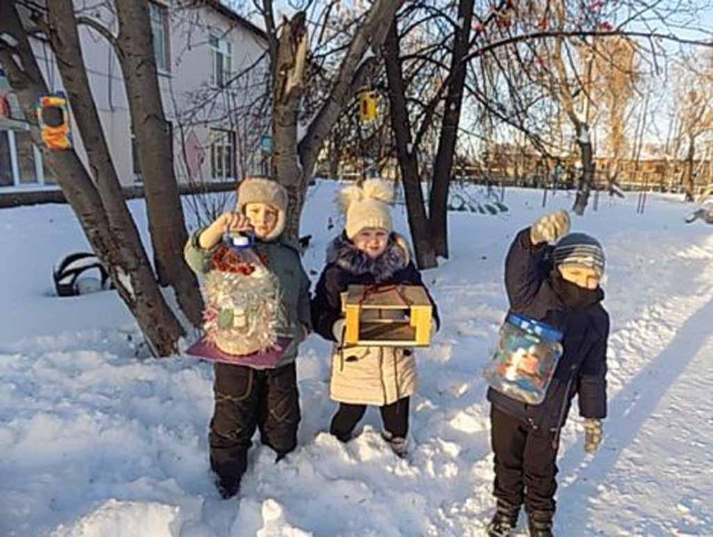 «В 1 «А» классе школы № 6. дети совместно с родителями в начале зимы изготовили кормушки из разных материалов: коробок, пластиковых бутылок, дерева. На территории школьного двора их развесили и во время прогулок дети раскладывают». Ольга Юлина, учитель начальных классов.