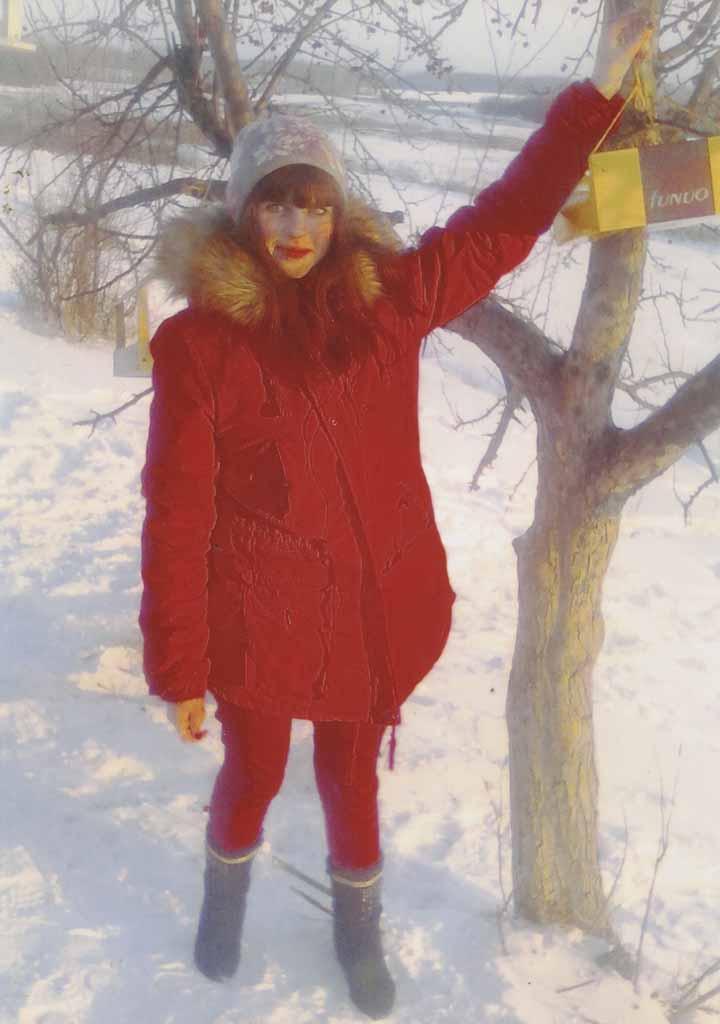 Марина Обласова сделала птичью столовую из простой коробки, повесила ее на яблоньку около школы. Девушке больше всего нравится наблюдать за двумя снегирями, которые посещают общепит несколько раз в день.