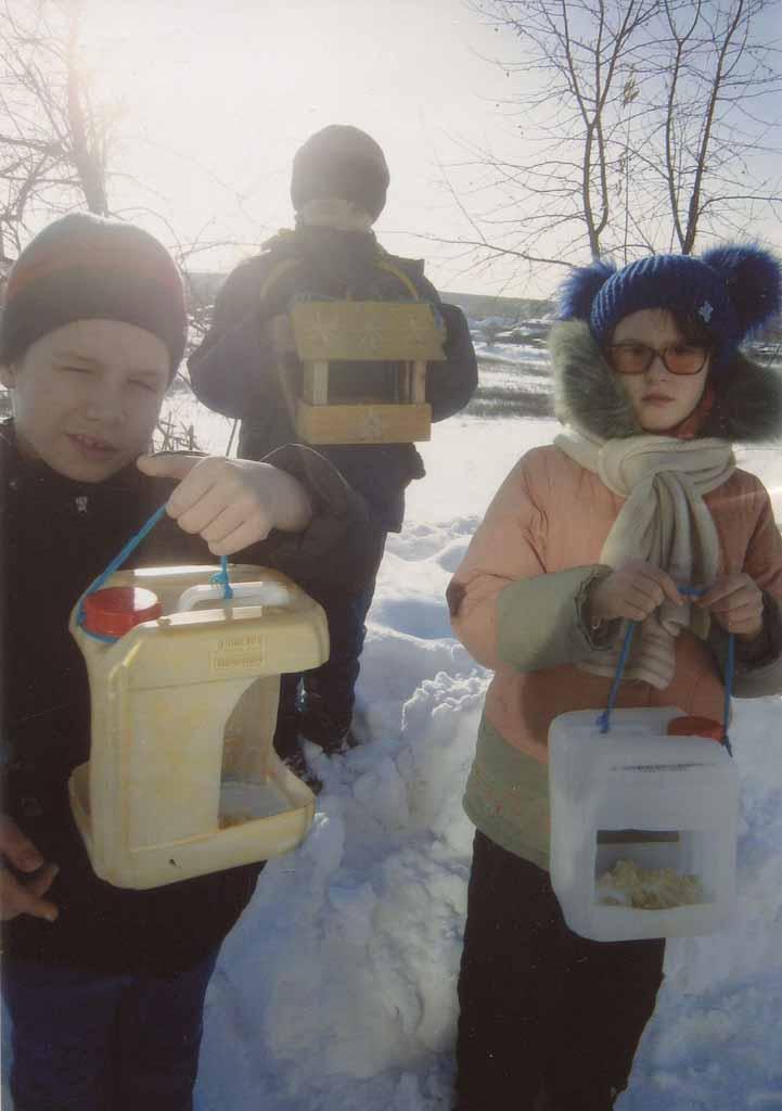 Ребята из 2 го класса школы – интерната вместе со взрослыми проявили фантазию и подарили птахам кормушки, изготовленные из фанеры и пластмассовых канистр. Дети повесили их на Северной, 63 ,каждый день пополняют съестные запасы.