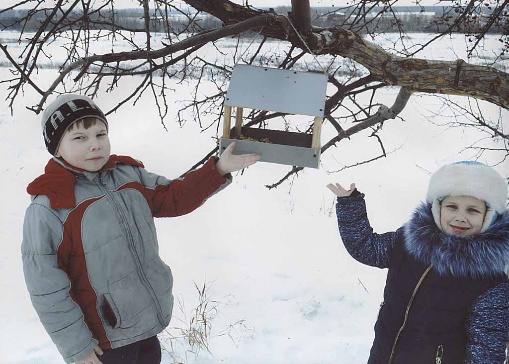 Первоклассники из школы – интерната тоже приняли участие в конкурсе «камышловских известий» и вместе с родителями не просто изготовили кормушку, но и спасли птичек от голода.
