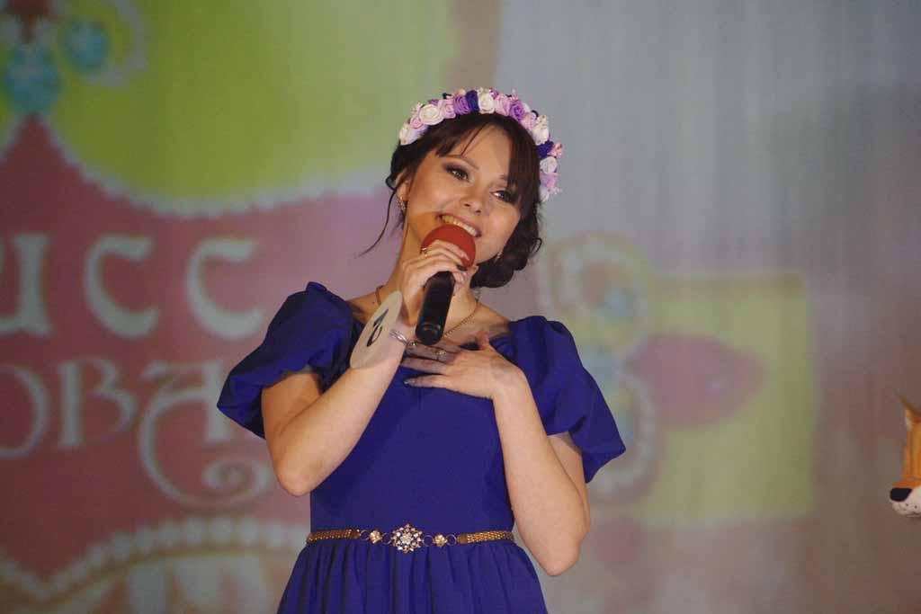 Русана Тарасова исполнила песню «Маленькая страна» в творческом конкурсе.