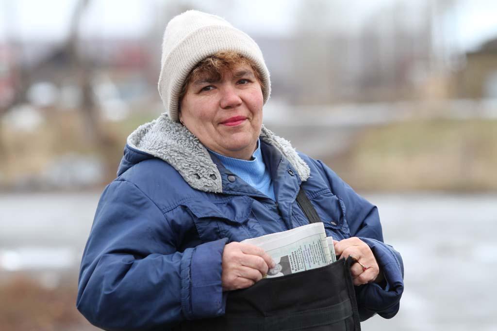 Много лет Анна Ивановна Шалягина работала почтальоном в Фадюшиной. В 2011 году, накануне своего «серебряного» трудового юбилея, она мечтала о велосипеде, и желание её осуществилось. Теперь Анна Ивановна на заслуженном отдыхе. Фото сделано в ноябре 2011 года.
