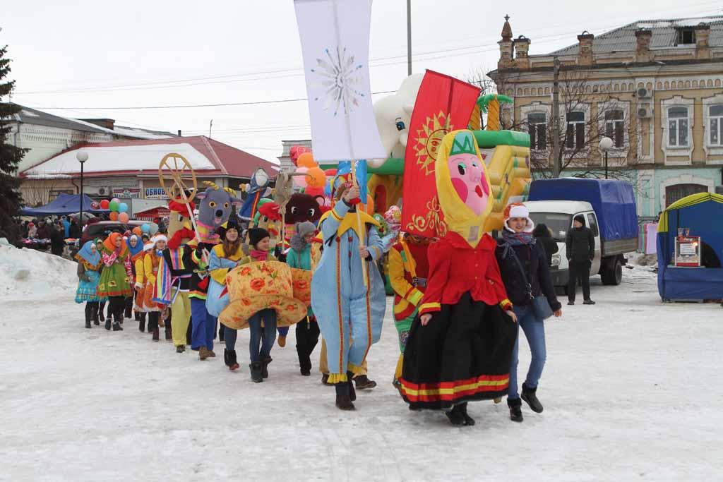 Праздничное шествие масленичного поезда привлекло внимание зрителей.