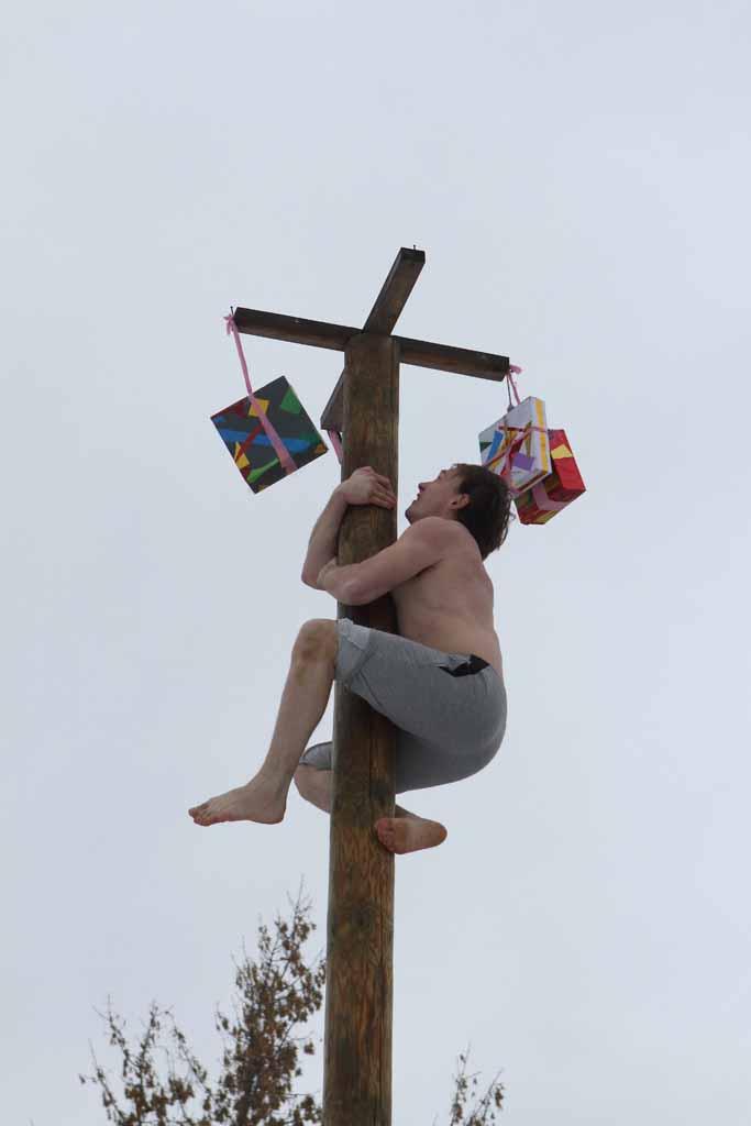 Одна из старинных забав – влезание на столб за призом – оказалась весьма популярна.