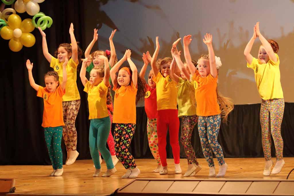 Девочки-красавицы продемонстрировали свою пластичность и умение выстроить рисунок танца.