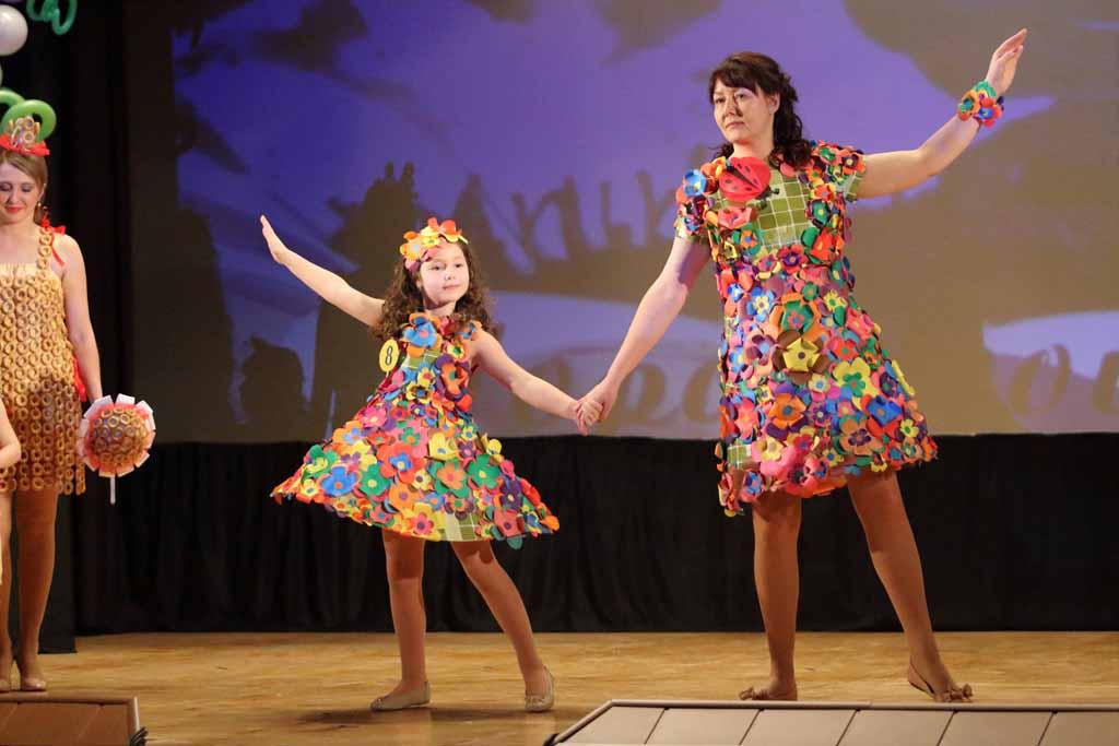 Антонина Селивёрстова с мамой Еленой. Такую яркую, креативную «цветочную поляну» стоит увидеть каждому!