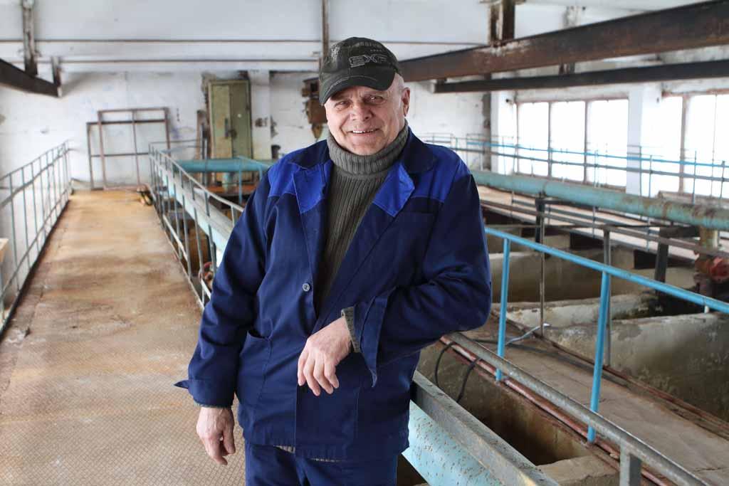 Машинист насосных установок Валерий Васильевич Ожиганов работает на Солодиловском водозаборе с 1984 года. Он тоже говорит, что поменять мраморную крошку необходимо в двух фильтрах.