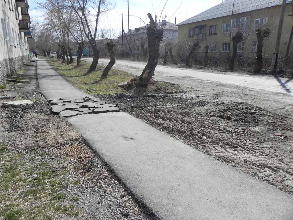 Улица Советская. Чтобы добраться до аварийного участка теплотрассы, новый тротуар пришлось вскрыть.
