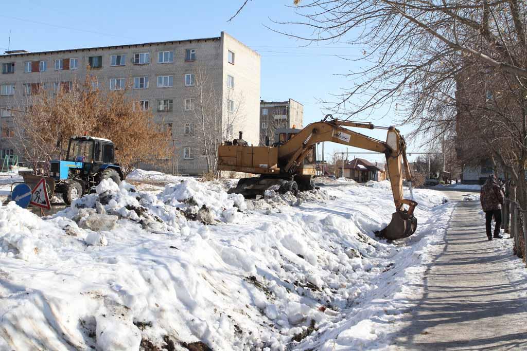 Одной из первых дорожники расчистили канаву на улице Советской.