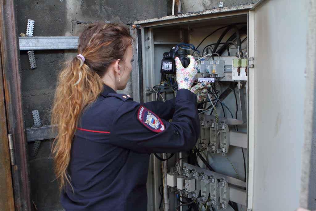 Начальник экспертно-криминалистической группы Юлия Робертовна Кириллова фиксирует детали на месте происшествия.