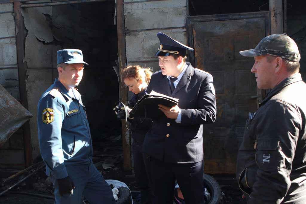 Осмотр проводят следователь следственного отделения Р. Р. Юсупов и дознаватель пожарного надзора Т. И. Карасёв.