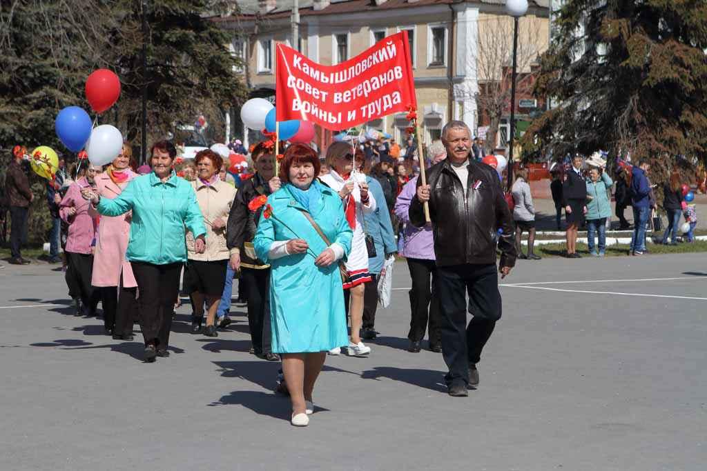 Колонна представителей совета ветеранов и пенсионеров Камышлова и района. Возглавляет шествие Алла Ивановна Бродовикова. На сегодняшний день в организации 40 первичек, в которых состоит 14448 человек.