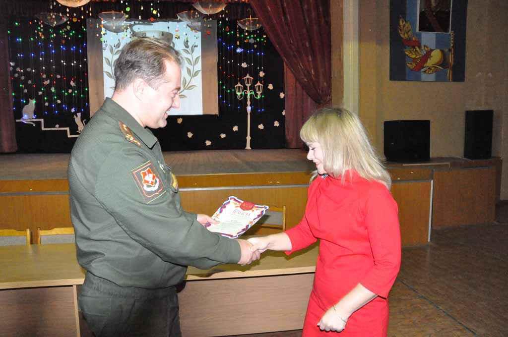 Начальник 354 ВКГ полковник мс Коновалов П.П. вручает грамоту врачу-рентгенологу Федик О.Е.