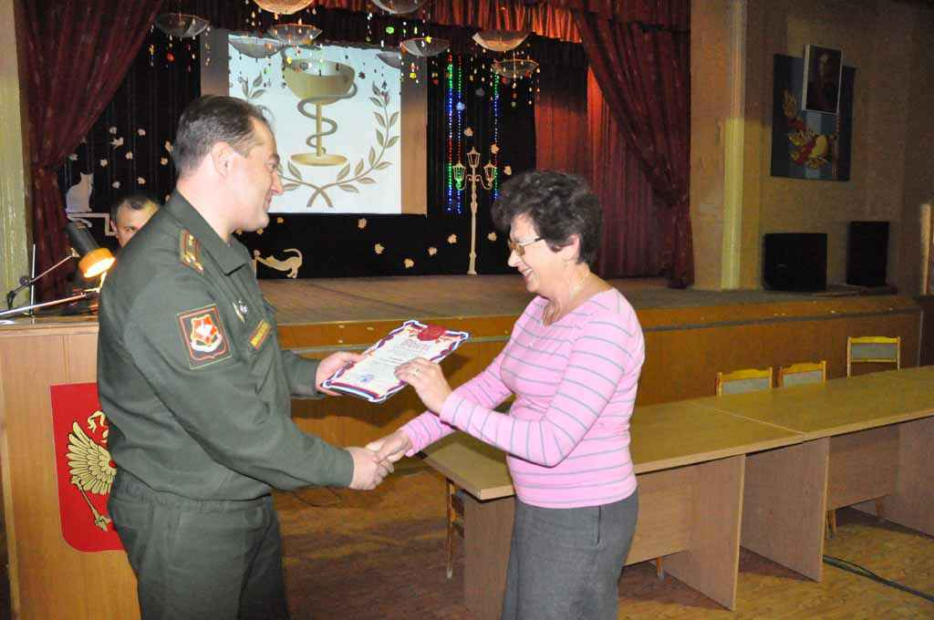 Начальник 354 ВКГ полковник мс Коновалов П.П. вручает грамоту заведующему аптекой Пенкиной Т.Н.