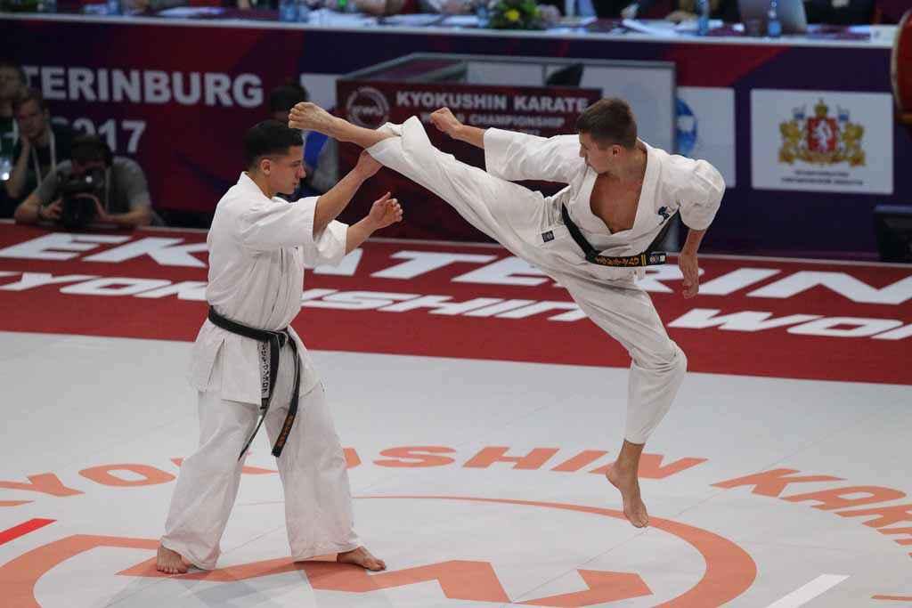 Показ разрешённой и запрещённой техники проводят чемпионы мира Марсель Мансуров и Евгений Мамро.