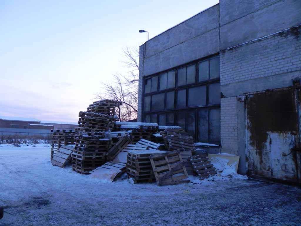У входа в здание по Северной, 73 «а», где был организован нелегальный выпуск алкоголя.