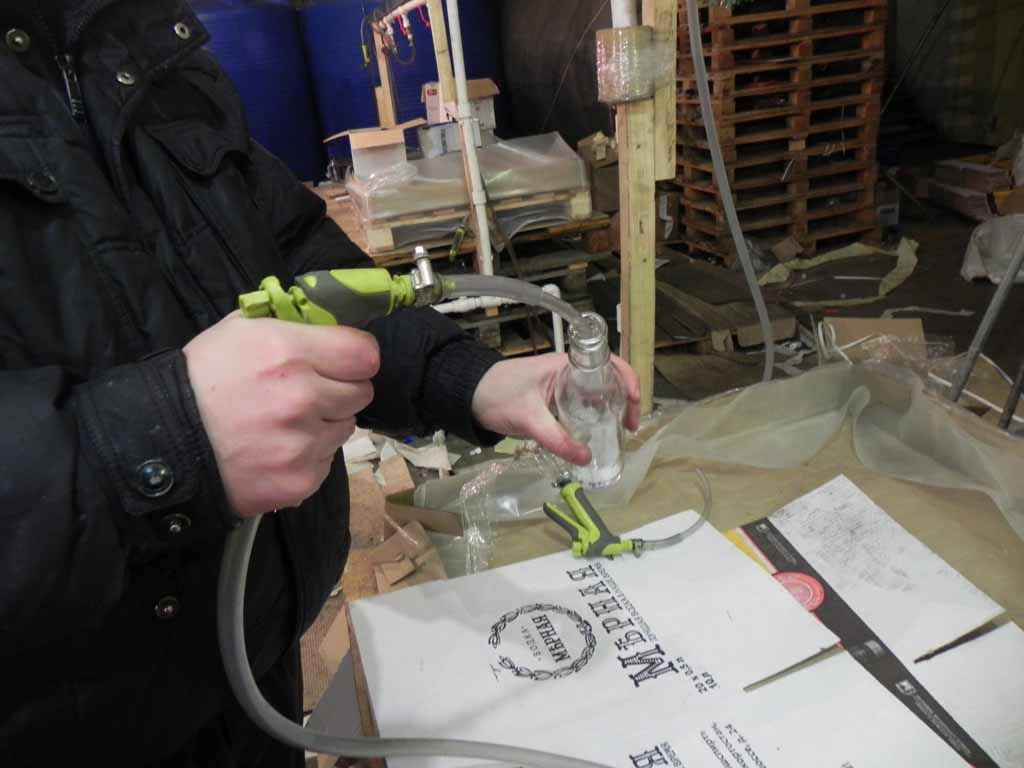 С помощью кустарного оборудования суррогат разливали по бутылкам…