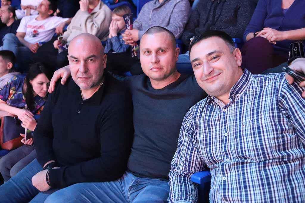 Смотрел на поединки и камышловский тренер по тайскому боксу Константин Штульберг (в центре).