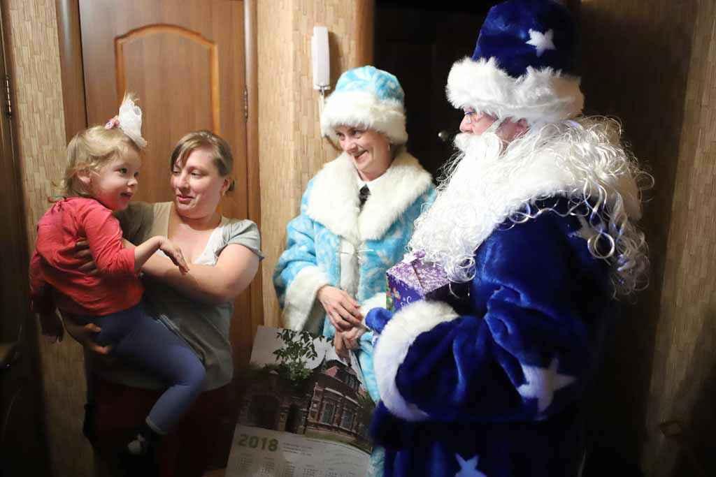 Мы побывали в гостях и у Анечки Рякиной. Она очень ждала Деда Мороза и Снегурочку, съела всю кашу и пообещала слушаться маму с папой.