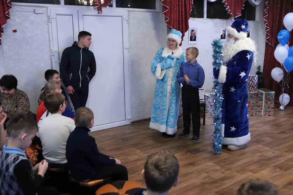 Кирилл Березнюк получил приз и прочитал Деду Морозу стихотворение.