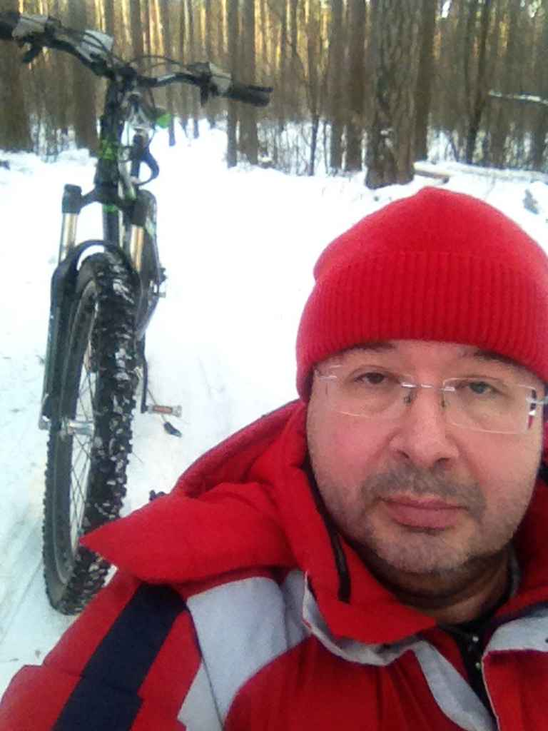 «По зимнему лесу на велосипеде». Автор - Юрий Буйских, место - сосновый бор в районе Вырубки, район ЗХК. Снимок сделан 28 января 2018 года