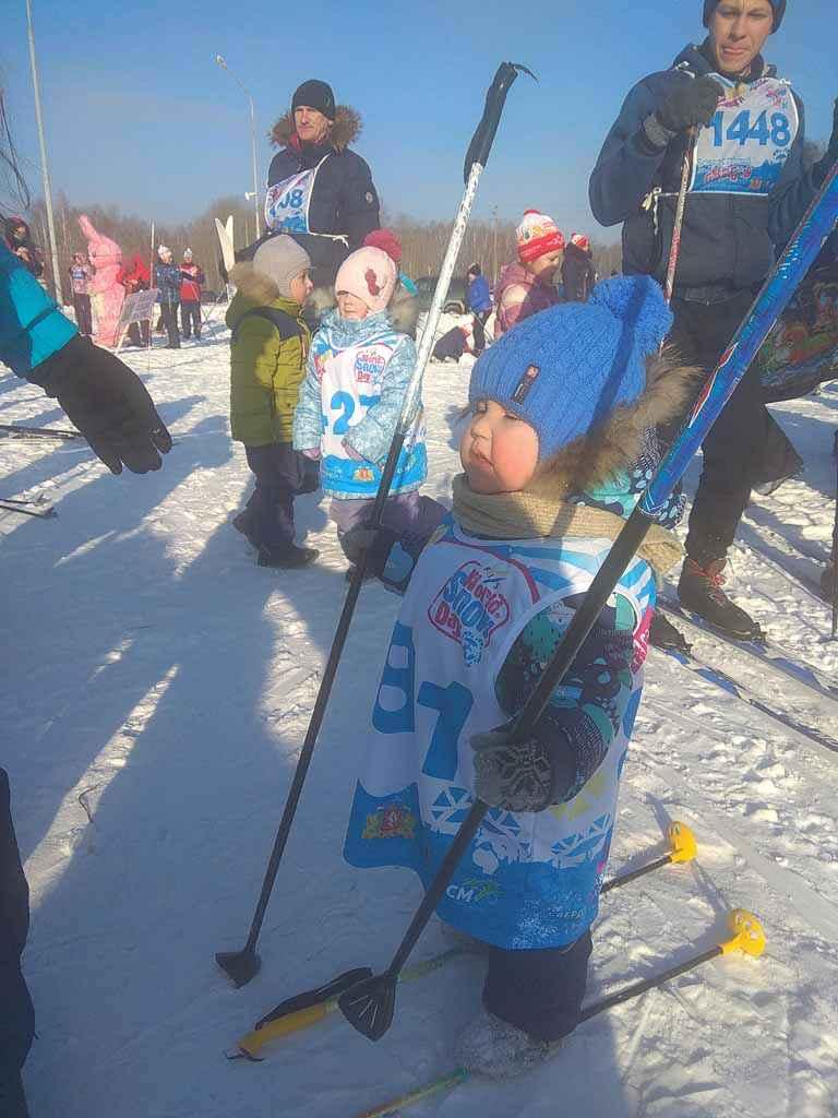 Автор фото – Дмитрий Темерев. Снимок сделан 3 февраля 2018 года на лыжной базе «Масляны», пос. Октябрьский. На фото Роман Темерев, 2 года 6 месяцев. Когда не досталось лыж.