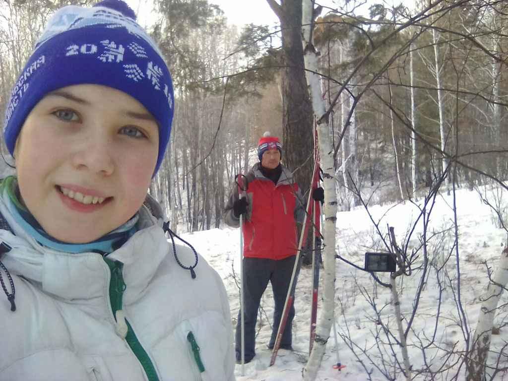 Автор Ольга Петкина: «Двойное селфи». Я снимаю селфи, в то время как папа тоже делает селфи на лыжне