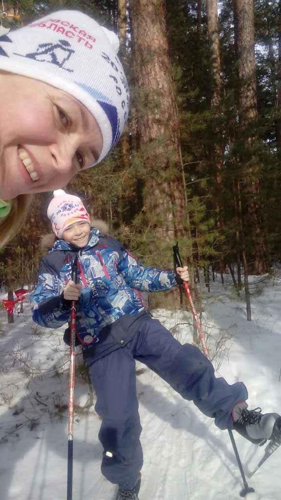 На снимке - Юлия и Никита Михайловы. Автор – Юлия Михайлова. Февраль. Встать на лыжню, кататься! Кататься в феврале без сил, Пока гремящие морозы Не скажут: «Ну-ка, отдохни».