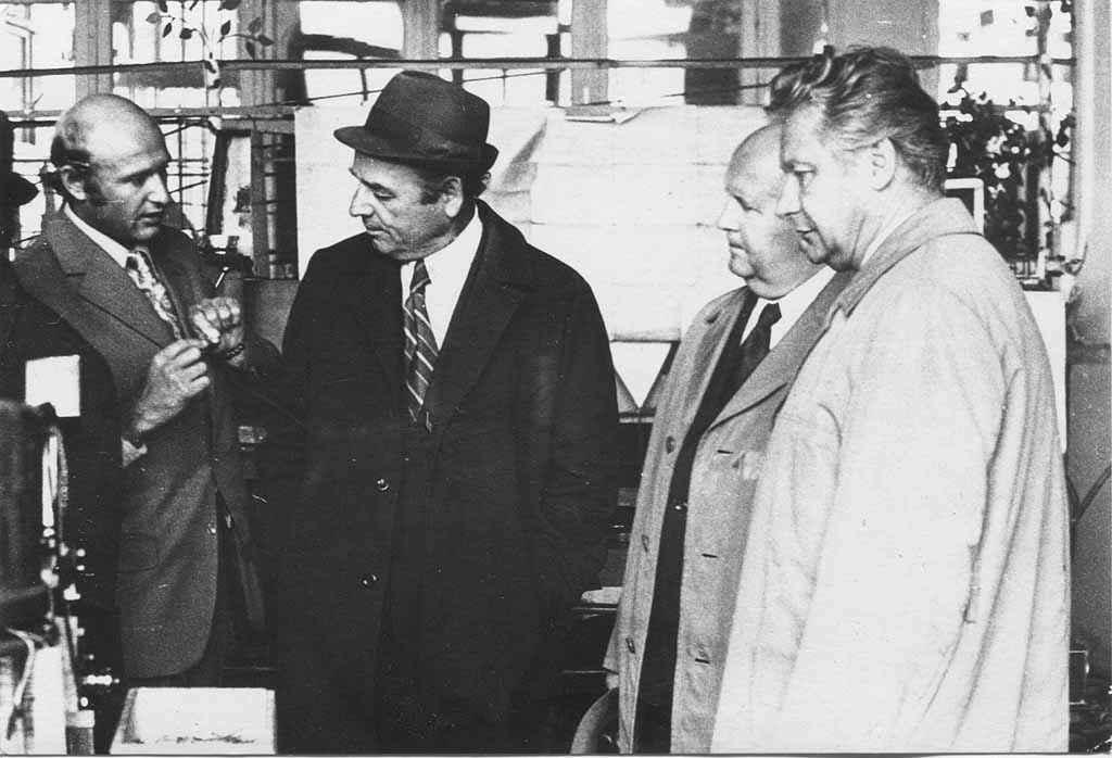 Начало восьмидесятых. Гости из чешского города-побратима Карловы Вары знакомятся с производством элетротехнического завода.