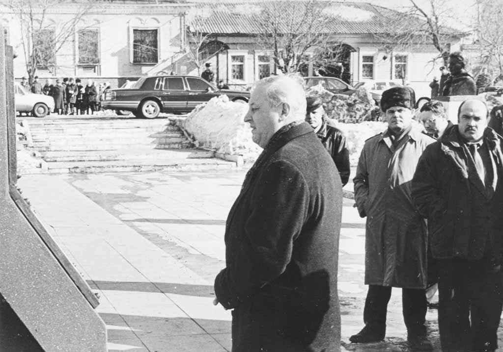 Другой гость Камышлова – губернатор Эдуард Россель. Фотограф запечатлел его в аллее Славы.