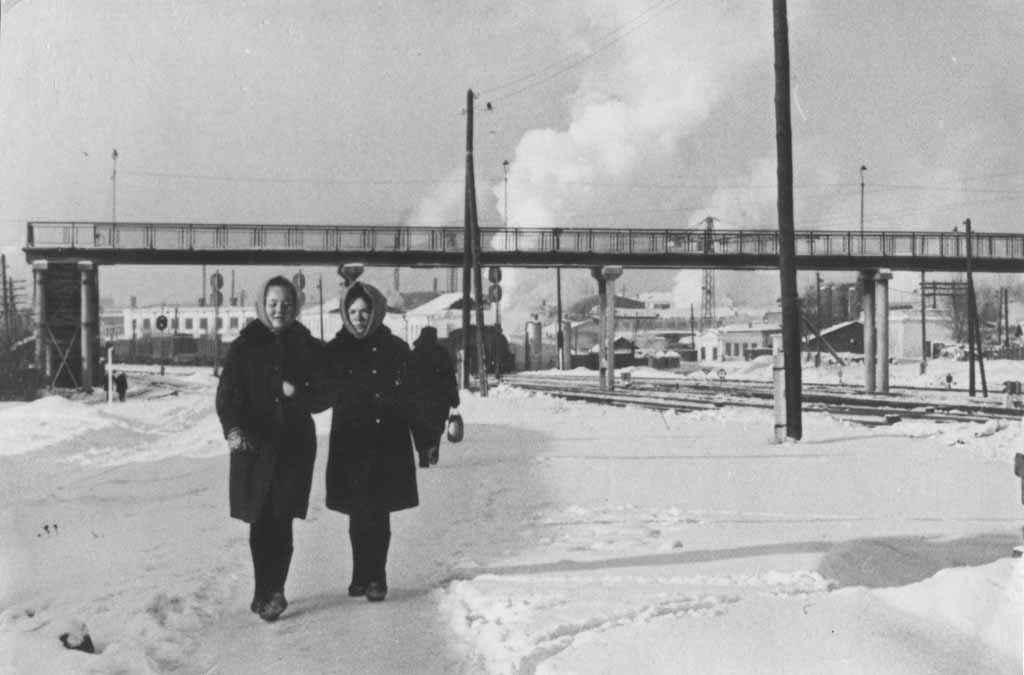 Узнаёте перекидной мост в районе стройматериалов? На заднем плане – дымят трубы Камышловских заводов.